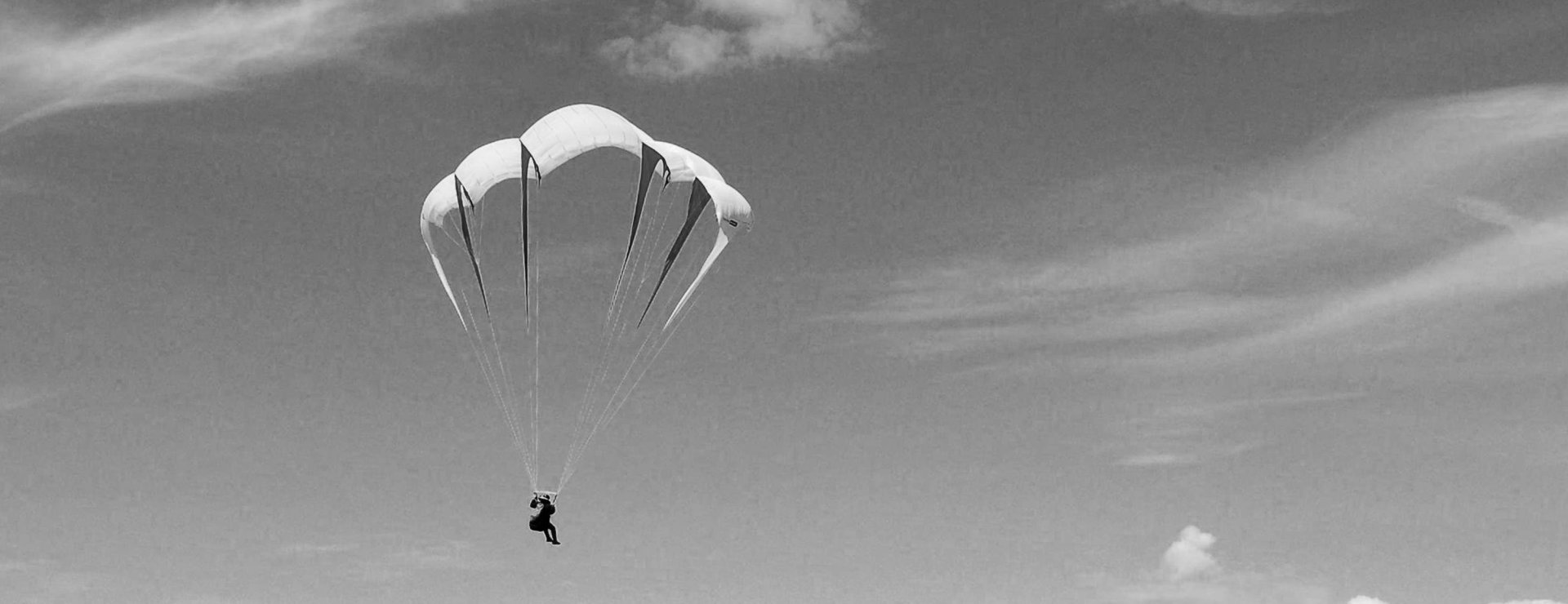 David BARISH develops the first paraglider for NASA.
